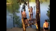 Девойка се прави безуспешно на Тарзан