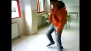 марокинец се опитва да танцува jumpstyle