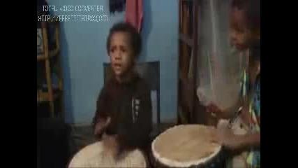 Две момченца разбиват тарамбуките