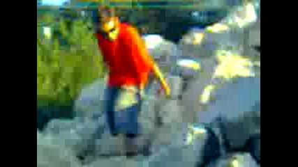 Лудаци хвърлят голям камък в Дунав 4