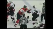 Бой между хокеисти ...
