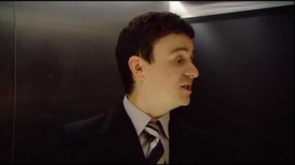 Шотландски глас задейства Асансьор - смях