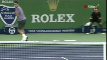 страхотен удар на Роджър Федерер между краката - Шанхай Мастърс 2010
