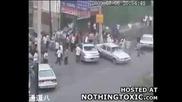 Китайски бунтари пребиват невинен човек