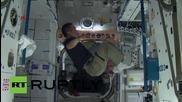 Космонавти ходят по въже и жонглират в нулева гравитация