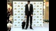 Най - високият мъж на земята се среща с най - ниският ! Изумително