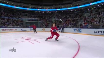 Хокеист вкарва наказателен удар със стил , взриви публиката !