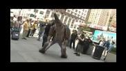 Изумителен! Динозавър насред Ню Йорк ! Смях