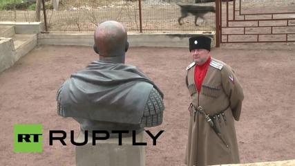 Казаци откриват бюст на Путин като римски император