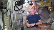 Без майтап: Две обръснати глави в космоса заради Мондиала