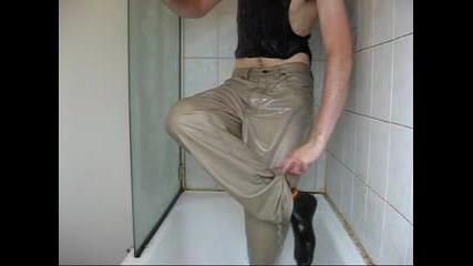 Идиот Се Къпе С Дрехите В Банята