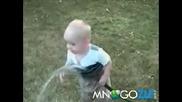 Малко сладко бебе се опитва да пие вода - голям смях