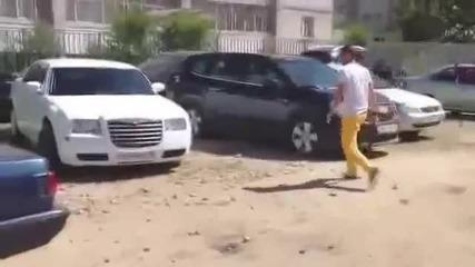 Руснак залива кола с бетон защото му е запушила неговата кола на паркинг