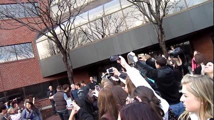 One Direction тръгват от студиото на радио Kiss 108 - Бостън