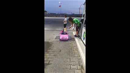 Малко момиченце кара детска кола