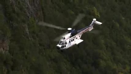 Хеликоптер разбива със специална тежест опасно надвиснала скала над шосе !
