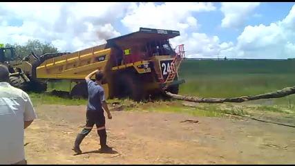 10 тонен багер дърпа 70 тонен камион.