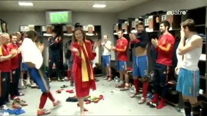 Карлес Пуйол се здрависва гол с Испанската кралица