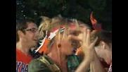 Холандците празнуват след победатата на своя тим над Уругвай