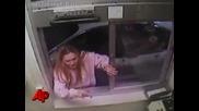 Разбесняла се жена бие служител в Mcdonalds