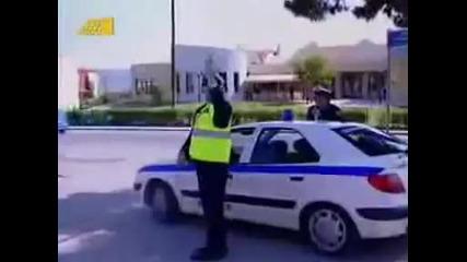 Полицай спира моторист