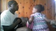 Малко момиченце нокаутира баща си .. Смях