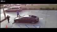 Момче троши колата на бившето си гадже