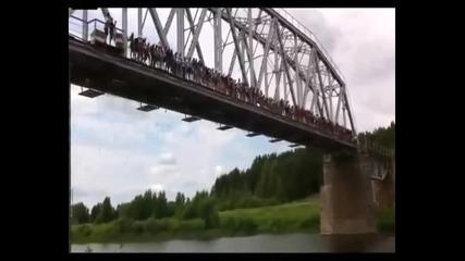 135 души скачат от мост с бънджи!