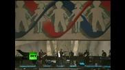 Владимир Путин се напъва да пее blueberry Hill