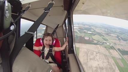 Момиченце се вози в самолет за първи път