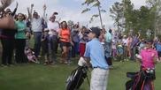 Момче показва на великия Тайгър Уудс на какво е способно в играта на голф!
