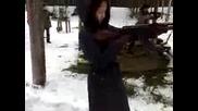 Блондинка стреля с ak - 47