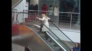 Блондинка на ескалатор