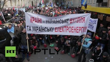 Украйна: Стачкуващи миньори обкръжават сградата на Президента