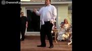 Разгорещен сватбар имитира танца на Майкъл Джексън ,но края бе изненада