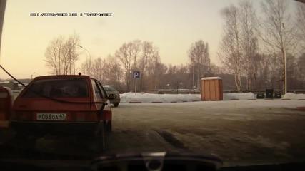 Руснак зарежда на бензиностанция