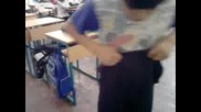 mom4e si vdiga pantalonite