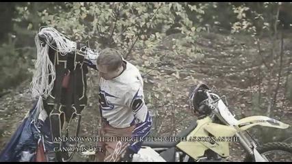 Луд финландец скача с мотора си в река