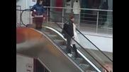 Смях! Блондинка на ескалатор