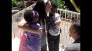 Млада двойка прегръща за пръв път двете си осиновени деца от Етиопия
