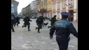 Полицай се пребива по време на акция - Смях