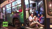 Унгария: Бежанци бързат да се качат на автобусите за Австрия