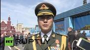 Китайски войници маршируват по Червения площад в Москва