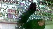 Мъж снима под полата на жена.