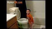 яко смях дте пие вода от тоалетната чиния