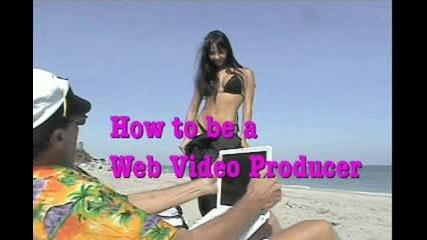 Секси момиче се съблича на плажа