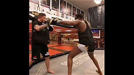 Джон Джоунс показа как се движи в клетката на 111 кг.
