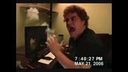 Дебел човек реагира на лабиринт игра (смях)
