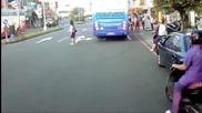 Автобус на косъм да прегази пресичаща пътя жена