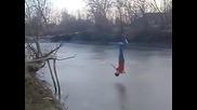 Глупаво момче се разбива в замръзнала река
